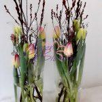 Tulpen creatie in hoge vaas